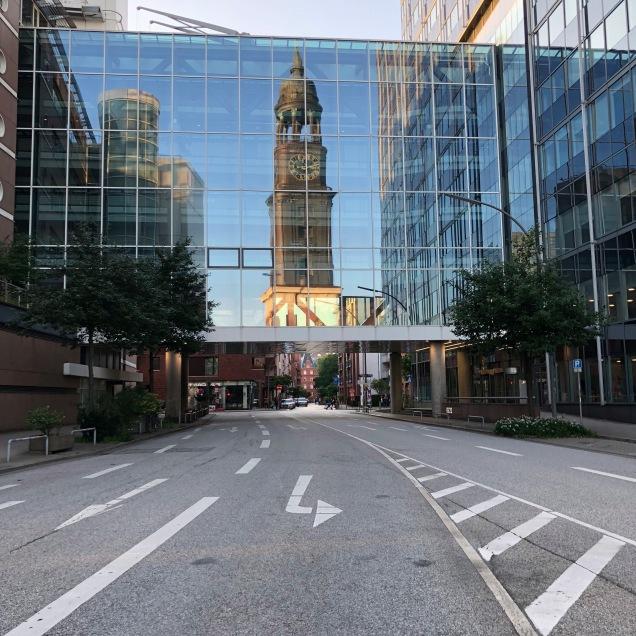 """Die St. Michaelis Kirche (unser Michel) """"schwebend"""" als Reflexion."""