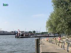 Fähranleger - Das kleine Sportboot holt jemanden ab, der mit der Fähre kam.