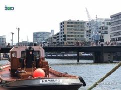 Alter Boot und nim Hintergrund ein alter Lastenkran vor der Hafen-City
