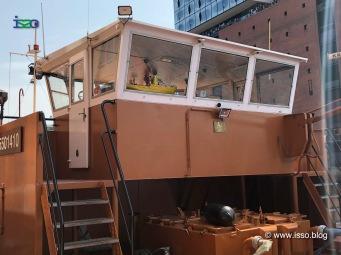 Und manchmal spielt der Kapitän auf der Brücke mit seinem Spielzeugschiff.